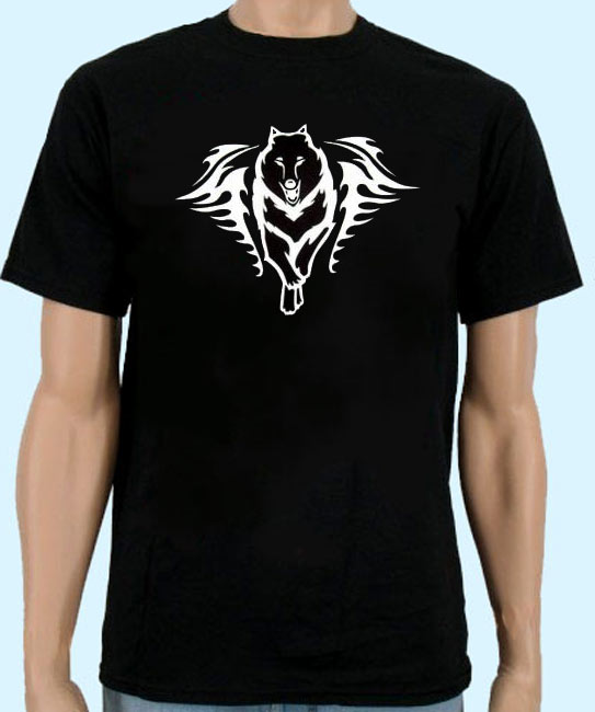 T-Shirt in schwarz mit Tribal Wolf